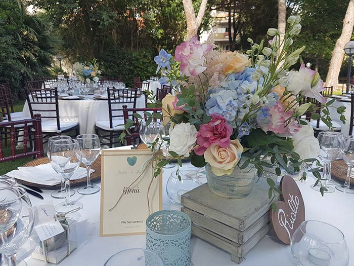 blog-matrimonio_ricevimento-nozze_mise-en-place-fiori-sedie-tovagliato_02