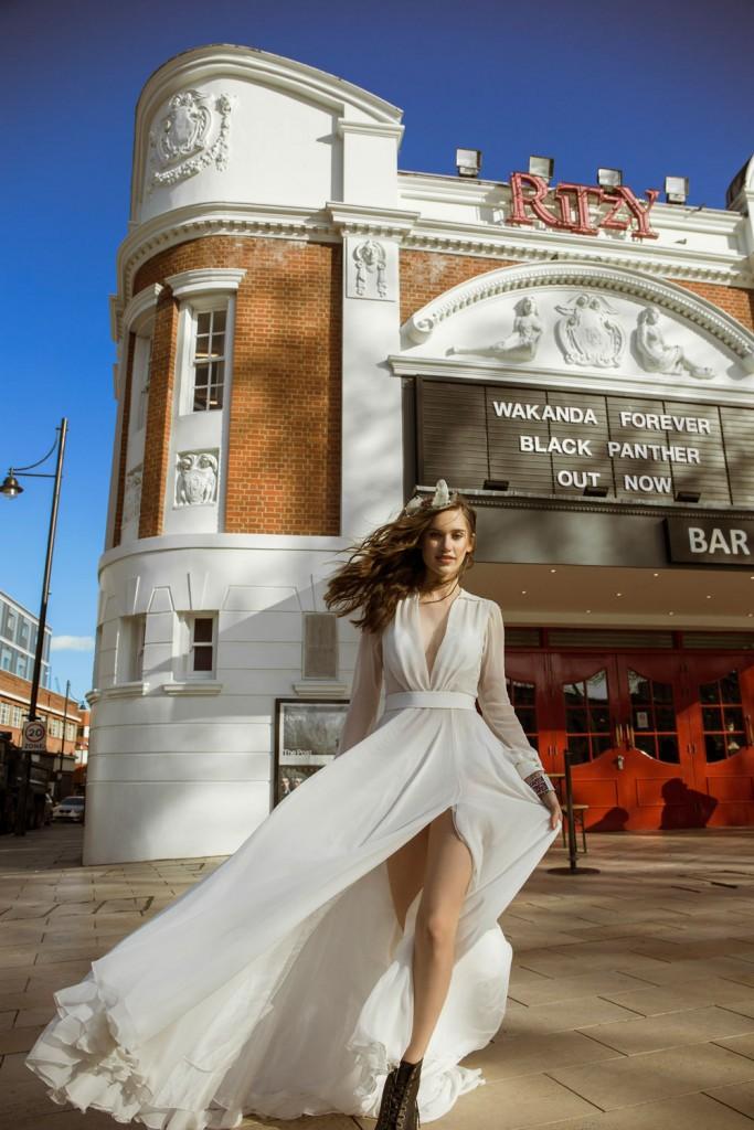Abito con scollatura Mara Vallone Bridal Couture per Olympia Cerchietto punk Yuri Ahn Bracciale Swarovski Anfibi classici Dr. Martens
