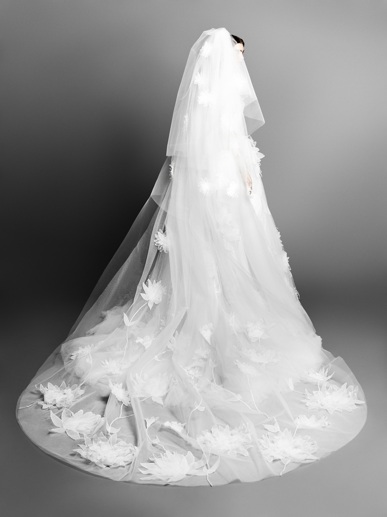 c16ffa55e596 La linea di abiti da sposa creata del duo olandese comprende dei veri e  propri capolavori contraddistinti da gonne architettoniche e volumi ampi o  linee ...